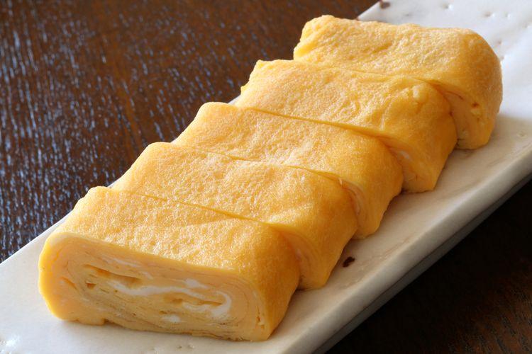Ilustrasi tamagoyaki atau telur dadar gulung jepang.