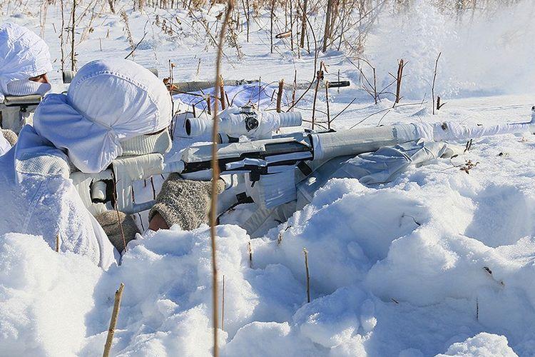Sniper (penembak runduk) Rusia berlatih menembak di medan bersalju di Region Transbaikal. Para penembak runduk Rusia itu berlatih di suhu ekstrem, mencapai minus 35 derajat Celsius.