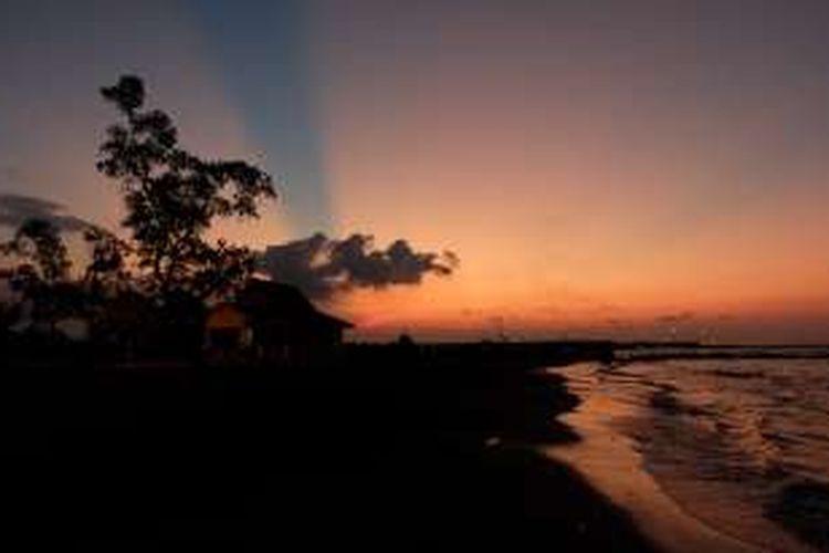 Pemandangan saat matahati terbenam di Pantai Tirtamaya, Indramayu