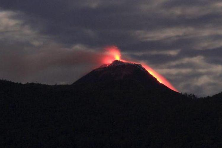 Luncuran lava pijar dari kawah Gunung Api Soputan terlihat dari Langowan, Minahasa.