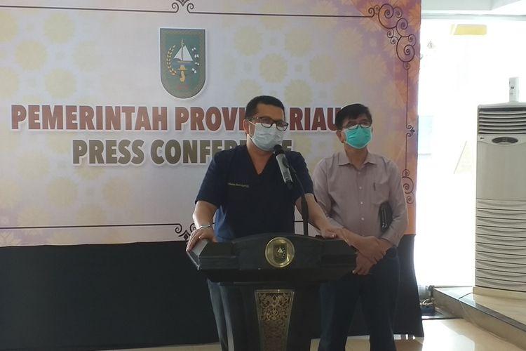 Jubir Satgas Penanganan Covid-19 Riau dr Indra Yovi saat menggelar konferensi pers terkait kondisi Gubernur Riau yang masih dirawat di rumah sakit akibat positif Covid-19, Minggu (13/12/2020).