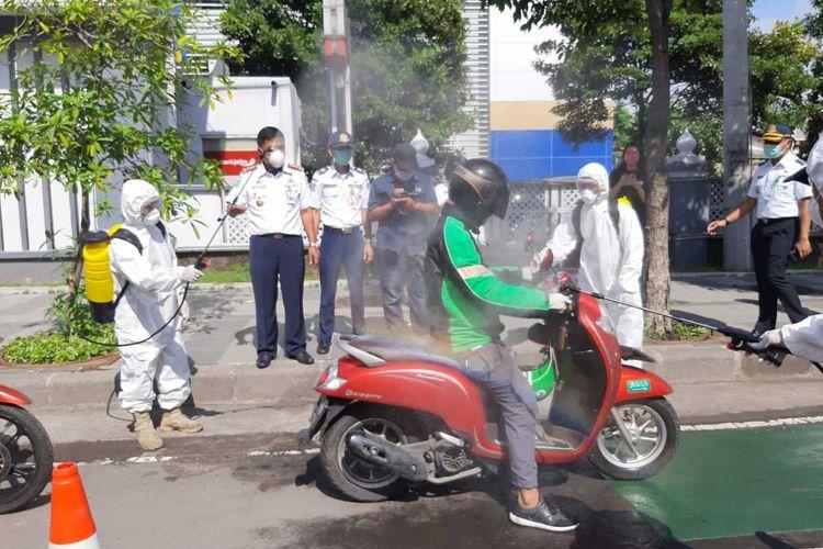 Penyemprotan Ojol dengan disinfektan di depan kantor Dishub Jatim Jalan Ahmad Yani Surabaya, Minggu (22/3/2020).