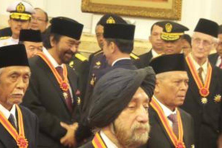 Presiden Joko Widodo memberikan tanda kehormatan kepada tokoh pers nasional, Surya Paloh, di Istana Negara, Kamis (13/8/2015).