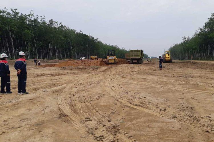 Pembangunan ruas tol Palembang-Betung di Kabupaten Banyuasin, Sumatera Selatan, Kamis (15/10/2020).