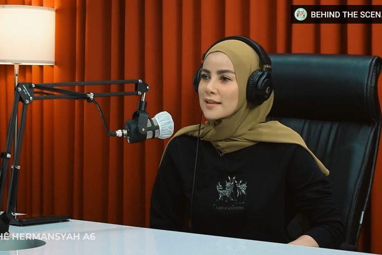 Olla Ramlan yang sedang berbincang dengan Anang Hermansyah