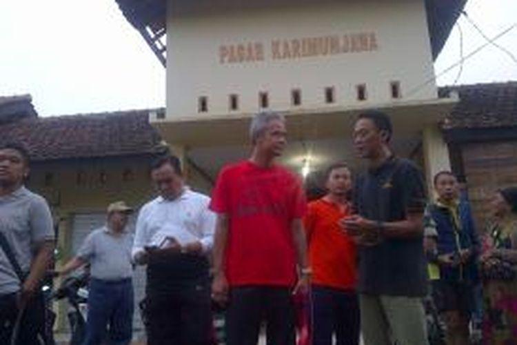 Gubernur Jateng Ganjar Pranowo (kaus merah) mengunjungi Pasar Karimunjawa, Sabtu (2/1/2016). Di Pasar tersebut, Ganjar kaget karena banyak warga tak mengenali dirinya.
