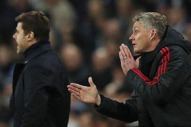 Ole Gunnar Solskjaer dan Mauricio Pochettino tampak memberi instruksi dari tepi lapangan pada laga Tottenham Hotspur vs Manchester United di Stadion Wembley dalam lanjutan Liga Inggris, 13 Januari 2019.