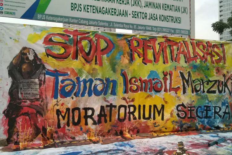 Salah satu lukisan bentuk protes penolakan revitalisasi di depan Taman Ismail Marzuki pada Kamis, (28/2/2020) sore.