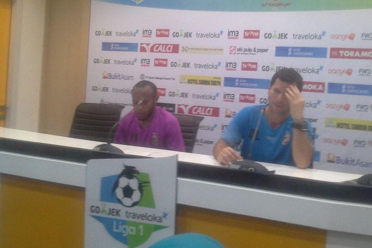 Pelatih kepala Sriwijaya FC, Osvaldo Lessa, memberikan keterangan pers seusai hasil imbang dengan Madura United di Jakabaring, Sabtu (27/5/2017).