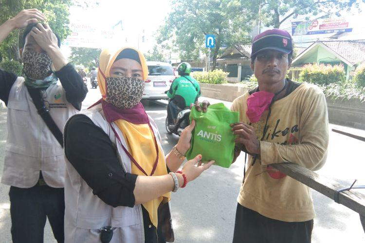 Penyuluh Sosial Masyarakat (Pensosmas) Banten menyalurkan 500 paket bingkisan kepada masyarakat rentan Covid-19 di jalan Sudirman dan Kawasan Karang Hantu Kasemen, Banten, Jumat(17/04/20).