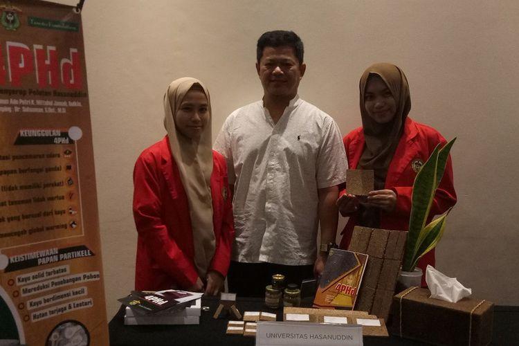Ainun Ade Putri (Kanan) bersama dosen dan rekan satu timnya saat menghadiri acara Tanoto Student Research Award (TSRA) 2019yang diselenggarakan Tanoto Foundation, di Soehanna Hall, Jakarta, Rabu (27/11/2019)