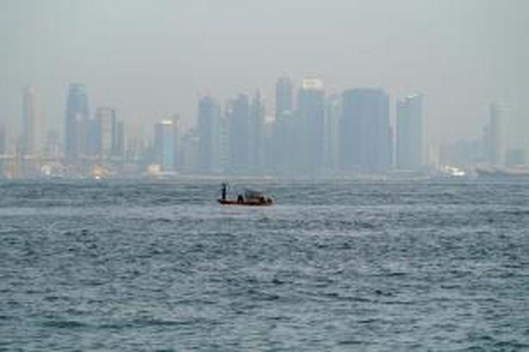 ILUSTRASI -  Nelayan mencari tangkapan di perairan yang berbatasan dengan teritorial Singapura di perairan Pulau Batu Berantai, Batam, Kamis (21/2/2013). Pemerintah Batam mereklamasi beberapa pulau terluar Indonesia yang terancam abrasi.