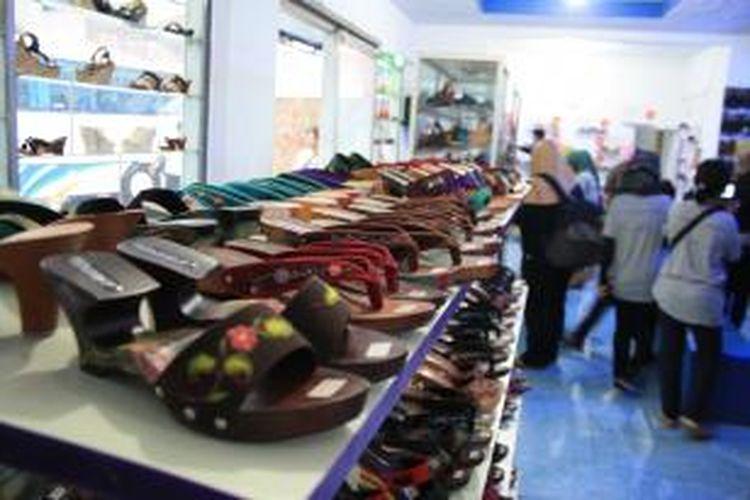 Aneka kelom geulis dijual di Toko Sherly, Tasikmalaya.