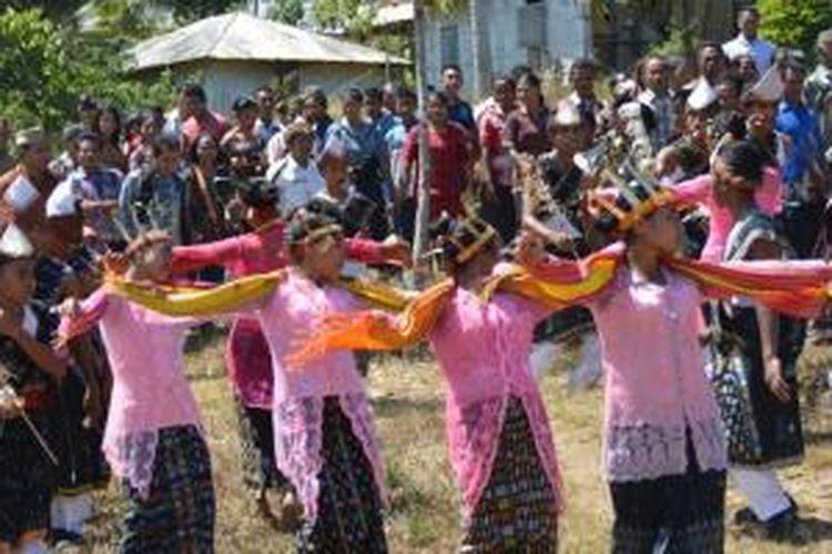 Para siswa dan siswi SMAN Negeri II Kota Komba, Kabupaten Manggarai Timur, Nusa Tenggara Timur, membawakan tarian Wai Doka, Sabtu (5/9/2015).