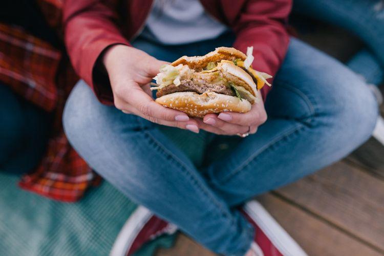ilustrasi mengonsumsi junkfood