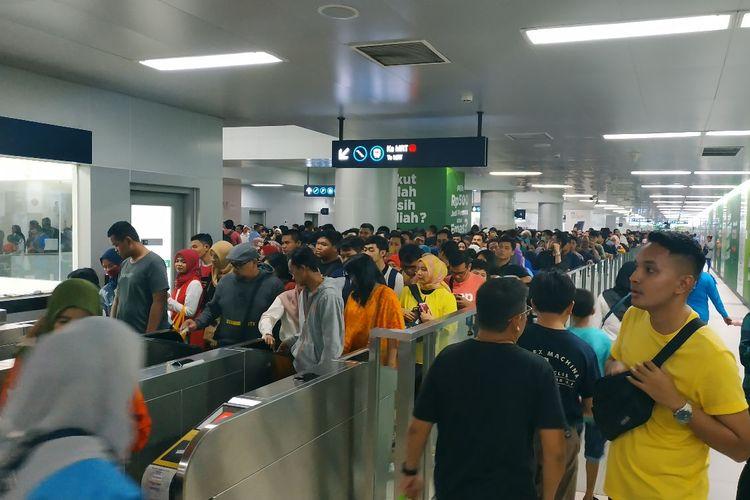 Stasiun MRT Bundaran HI dipenuhi oleh penumpang yang hendak meramaikam acara puncak perayaan hari ulang tahun ke-492 Jakarta di Bundaran HI, Jakarta Pusat, Sabtu (22/6/2019).