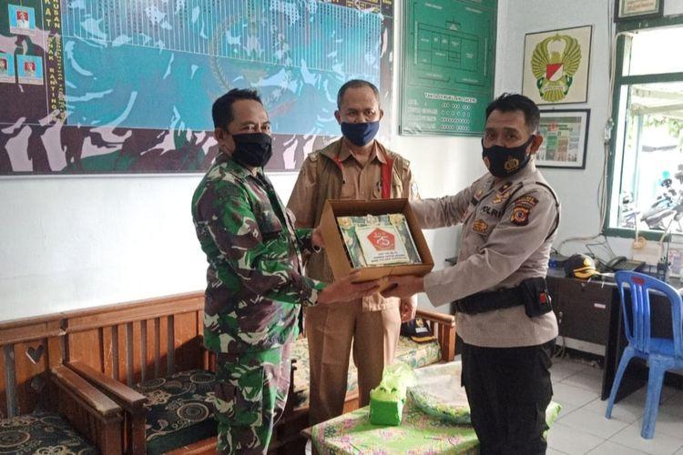 Polsek Cihideung Polresta Tasikmalaya bersama Camat dan para Lurah Kecamatan Cihideung, Kota Tasikmalaya, memberikan kejutan kue ulang tahun HUT TNI ke-75 ke Markas Koramil Kota Kodim 0612 Tasikmalaya, Senin (5/10/2020).