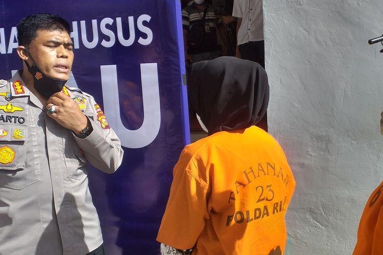 Kabid Humas Polda Riau Kombes Pol Sunarto meminta NH (37) dan AS (42) yang merupakan mantan teller bank untuk bertobat setelah mencuri uang nasabah, saat konferensi pers di Mapolda Riau di Jalan Pattimura, Kota Pekanbaru, Riau, Selasa (30/3/2021).