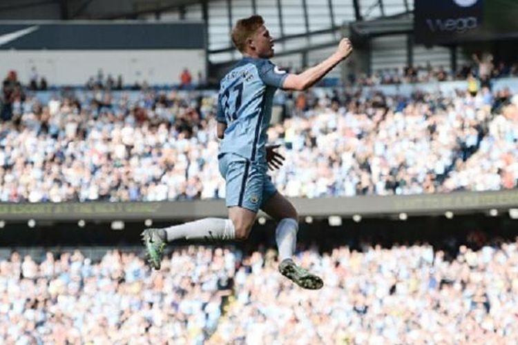 Kevin De Bruyne merayakan gol pertama Manchester City ke gawang Bournemouth pada pertandingan Premier League di Stadion Etihad, Sabtu (17/9/2016).