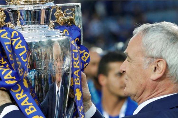 Manajer Leicester City, Claudio Ranieri, menatap trofi Premier League setelah partai kontra Everton di Stadion King Power, Sabtu (7/5/2016).