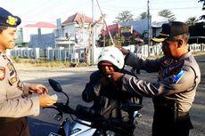 Operasi Zebra, Polisi Tegur Pengendara Motor yang Pakai Helm Terbalik