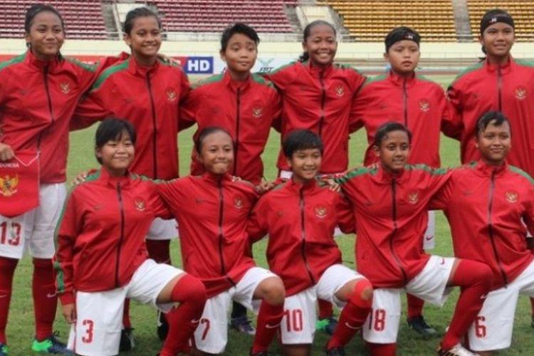 Skuat utama timnas putri u-15 Indonesia berpose menjelang laga pertama mereka pada ajang Piala AFF U-15 Girls Championship 2017 kontra Filipina di Stadion KM 16, Vientiane, Laos, Selasa (9/5/2017).