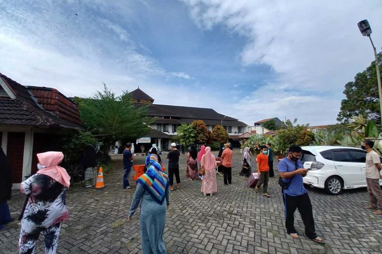 Para pasien Covid-19 Klaster Pesantren Kota Tasikmalaya telah sembuh dan semuanya telah dipulangkan seusai tes swab hasilnya negatif di pusat isolasi darurat Hotel Crown, Kota Tasikmalaya, Sabtu (27/2/2021).