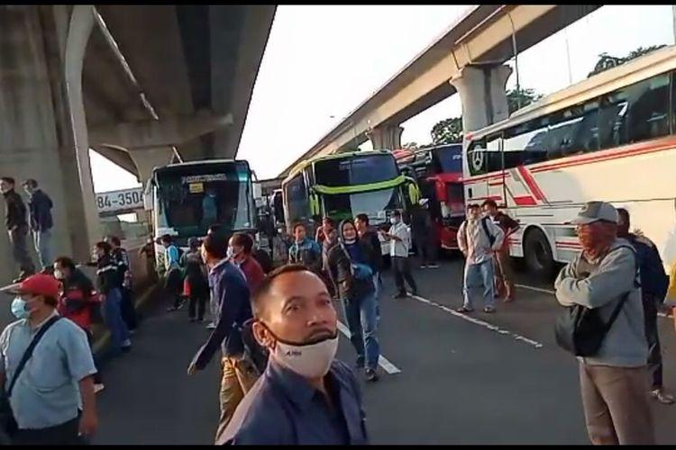 Sebuah video yang memperlihatkan sejumlah pekerja melakukan aski protes karena Gerbang Tol (GT) Cikarang Barat beredar melalui aplikasi pesan singkat WhatsApp.