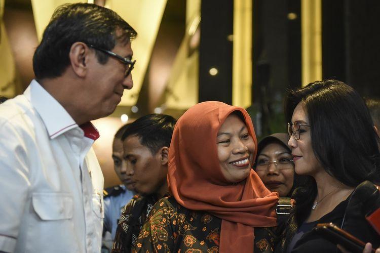 Menkumham Yasonna Laoly (kiri) berbincang bersama Anggota DPR fraksi PDI Perjuangan Rieke Diah Pitaloka (kanan) dan Terpidana kasus pelanggaran Undang-Undang Informasi dan Transaksi Elektronik (ITE) Baiq Nuril (tengah) usai melakukan pertemuan bersama di Kemenkumham, Jakarta, Senin (8/7/2019). Dalam pertemuan tersebut Yasonna Laoly mengatakan pihaknya tetap menghormati keputusan Mahkamah Agung yang menolak peninjauan kembali yang dilayangkan Baiq Muril meski kini tengah menyusun pendapat hukum terkait wacana amnesti kepada Nuril. ANTARA FOTO/Muhammad Adimaja/ama.