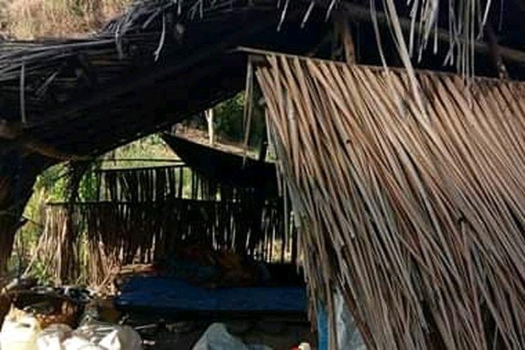 Foto : Gubuk reyot, tempat M Maman dikarantina.
