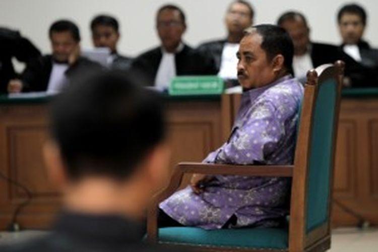 Mantan Presiden Partai Keadilan Sejahtera, Luthfi Hasan Ishaaq menjalani sidang perdana di Pengadilan Khusus Tindak Pidana Korupsi, Jakarta, Senin (24/6/2013). Ia menjadi terdakwa kasus dugaan suap kuota impor daging sapi dan tindak pidana pencucian uang.