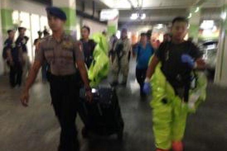 Tim Gegana Polda Metro Jaya masuki kantin karyawan Mal Alam Sutera, Tangerang, Rabu (28/10/2015)