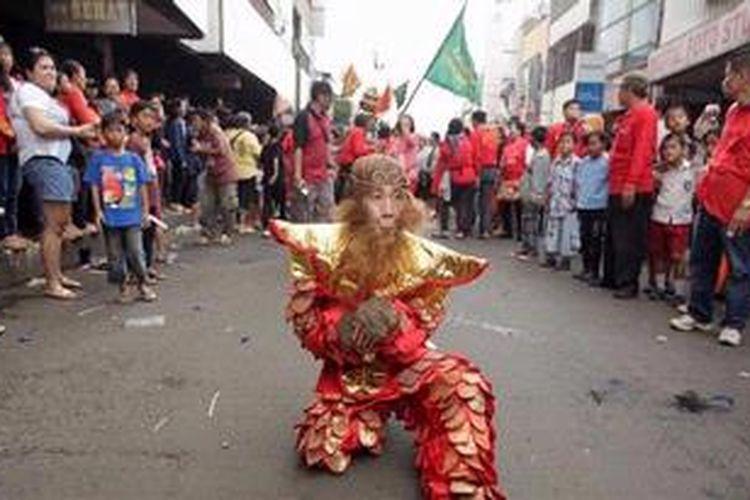 Salah satu peserta mengenakan kostum siluman kera dalam Pawai Cap Go Meh 2013 di Jalan Suryakencana, Bogor, Jawa Barat, Rabu (13/3/2013). Pawai Cap Go Meh 2013 yang juga sekaligus parade budaya ini diikuti oleh berbagai vihara di wilayah Jabodetabek. Berbagai atraksi tarian, barongsai dan naga liong ditampilkan dalam pawai ini.