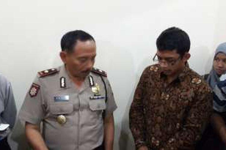 Kapolsek Dau Kompol Supari (kiri) saat menunjukkan pelaku penipuan terhadap calon jamaah haji Ahmad Sufandi (kanan) di Mapolsek Dau, Kabupaten Malang, Jawa Timur, Selasa (30/8/2016)