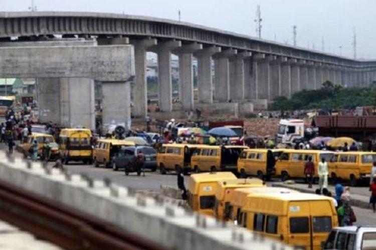 Pembangunan jalan kereta api di sebuah distrik di kota Lagos, Nigeria.