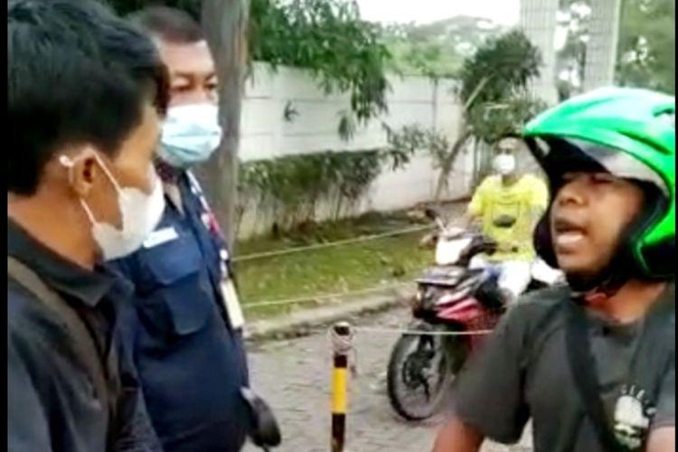 Seorang pria di Kabupaten Serang, Banten menolak memakai masker saat akan masuk kedalam kawasan perusahaan. Penolakan tersebut karena tidak percaya ada Covid-19.