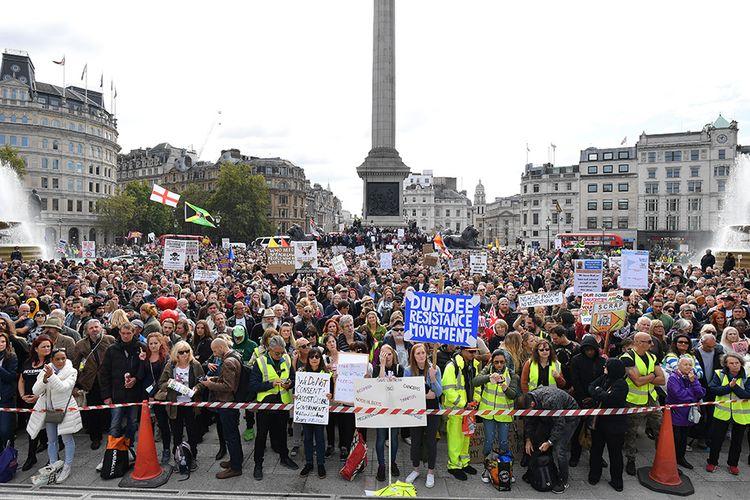 Para pengunjuk rasa menggelar aksi menentang aturan pembatasan yang dikeluarkan pemerintah PM Inggris terkait penyebaran Covid-19, di Trafalgar Square di London, Inggris, Sabtu (26/9/2020). Aksi yang diikuti ribuan warga tersebut di antaranya menolak kebijakan lockdown, vaksinasi, dan kewajiban penggunaan masker.