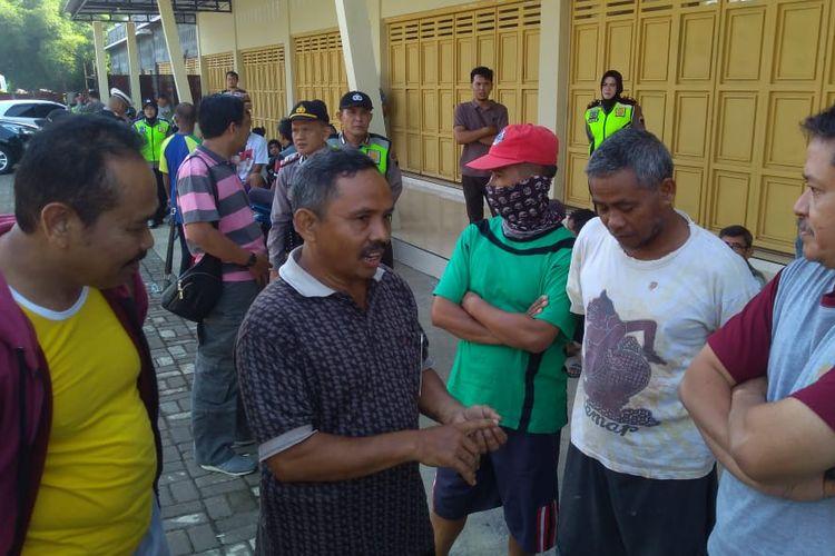 Kepala DLH Banyumas Suyanto (kanan) menemui warga yang menolak operasional hanggar sampah di Purwokerto, Jawa Tengah, Rabu (1/5/2019).