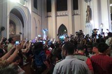 Ahok Kunjungi Misa di Katedral, Jemaat Berebut Mendekat