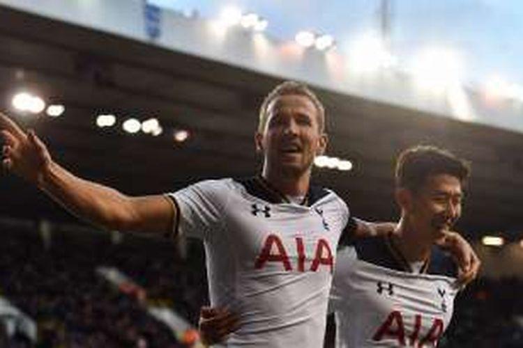 Striker Tottenham Hotspur, Harry Kane (kiri), merayakan gol ke gawang Swansea bersama rekan setimnya, Son Heung-min, dalam laga Premier League di Stadion White Hart Lane, Sabtu (3/12/2016).