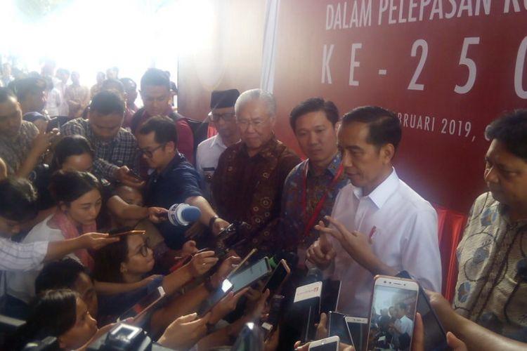 Presiden Joko Widodo (Jokowi) memeberikan ketengan usai melepas ekspor kontainer produk Mayora di Pabrik Mayora-PT. Torabika Eka Semest di kawasan Cikupa, Tangerang, Senin (18/2/2019).