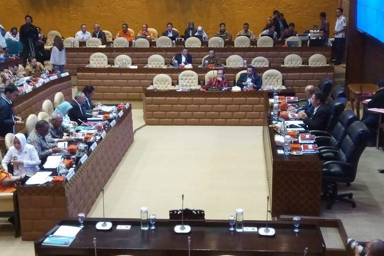 Rapat Kerja Komisi V DPR RI, Rabu (26/2/2020). Agenda rapat hari ini ditunda karena tidak dihadir oleh Gubernur DKI Jakarta Anies Baswedan, Gubernur Jawa Barat Ridwan Kamil, dan Gubernur Banten Wahidin Halim.
