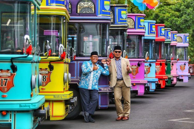 Wali Kota Bandung Ridwan Kamil bersama Wakil Wali Kota Bandung Oded M Danial saat berfoto di depan mobil wisata bandung Tour on Bus (Bandros) di Balai Kota Bandung, Jalan Wastukancana, Jumat (19/1/2018).