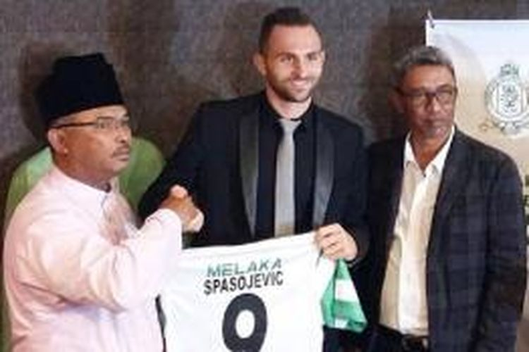 Eks penyerang Persib Bandung, Ilija Spasojevic (tengah), resmi memperkuat Melaka United.