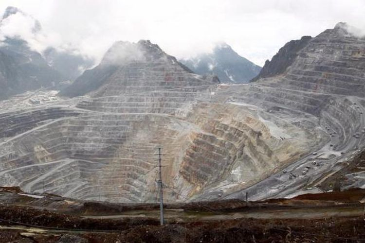 Aktivitas tambang terbuka Grasberg, PT Freeport Indonesia di Papua, Sabtu (12/5/2012). Tambang terbuka Grasberg (kawasan puncak) yang menjadi andalan selama ini akan ditutup pada 2016, potensi yang mulai ditambang dari deposito bawah tanah masih akan berproduksi hingga 2041. Tahun 2041 adalah masa berakhirnya seluruh kontrak (dan masa perpanjangan) Freeport di kawasan ini.