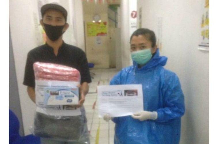 Hasil dari pendapatan murid dari galang dana proyek CoronArt langsung disalurkan kepada tim medis Puskesmas kecamatan Gambir.