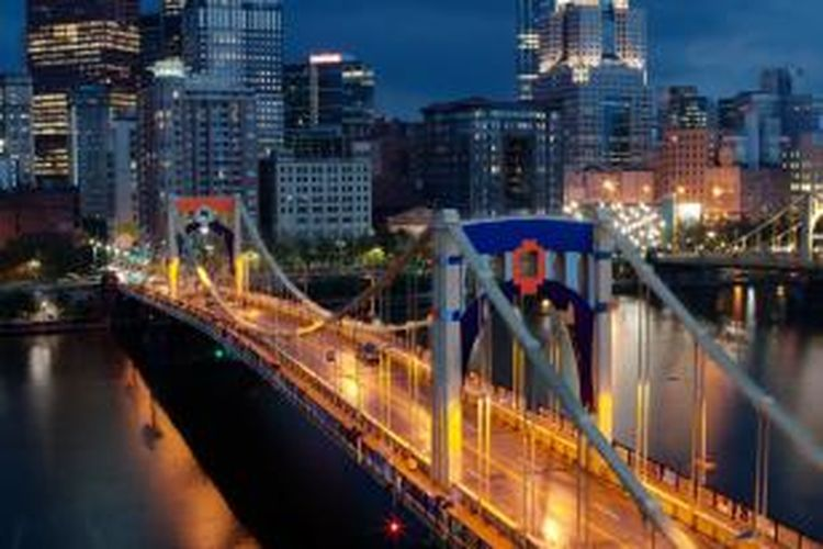 Ratusan rajutan yang dibuat oleh lebih dari 1.800 relawan menghias sebuah jembatan berukuran besar di Pittsburgh, Pennsylvania, Amerika Serikat.