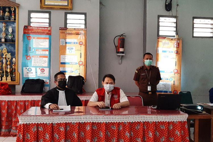 Bupati nonaktif Nganjuk Novi Rahman Hidayat (rompi merah) mengikuti sidang lanjutan secara virtual di Rutan Kelas IIB Nganjuk, Senin (20/9/2021). Foto: Tim Penerangan Kejari Nganjuk