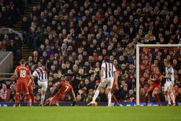 Pemain belakang West Bromwich Albion, Craig Dawson (25), mencetak gol ke gawang Liverpool pada lanjutan Premier League di Stadion Anfield, Minggu (13/12/2015)