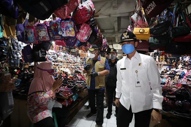 Kepala Badan Nasional Penanggulangan Bencana (BNPB) Letjen TNI Ganip Warsito blusukan ke Pasar Bitingan, Kota Kudus, Jawa Tengah, Kamis (3/6/2021).